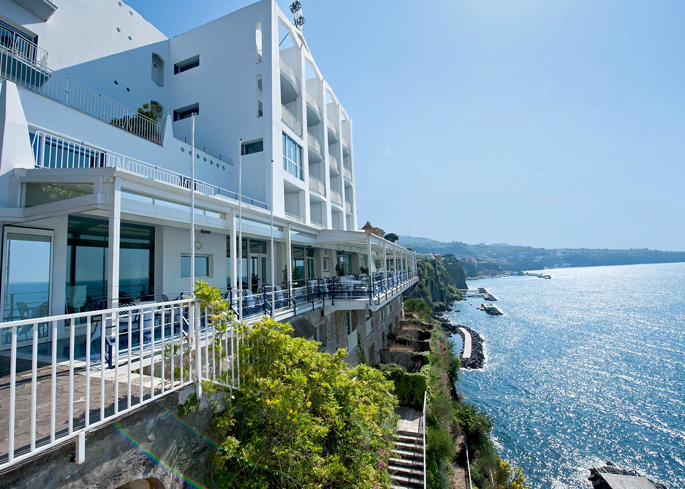 Hotel di lusso a Sorrento a strapiombo sul mare.