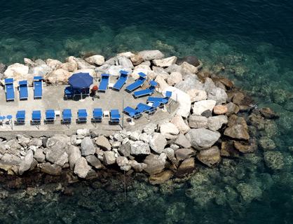 La spiaggia privata dell'hotel a Sorrento.
