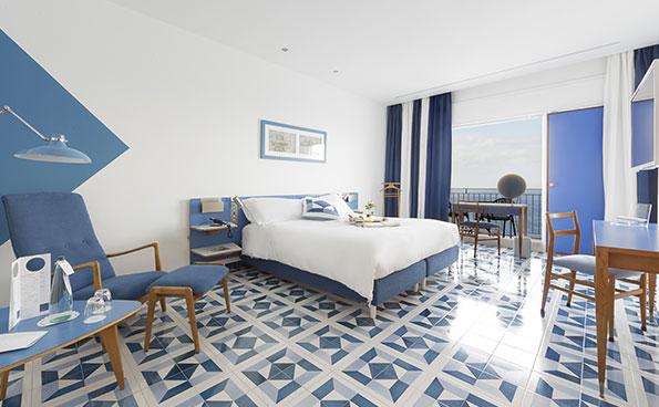 Camere con arredi originali di Gio Ponti, con balconi vista mare.