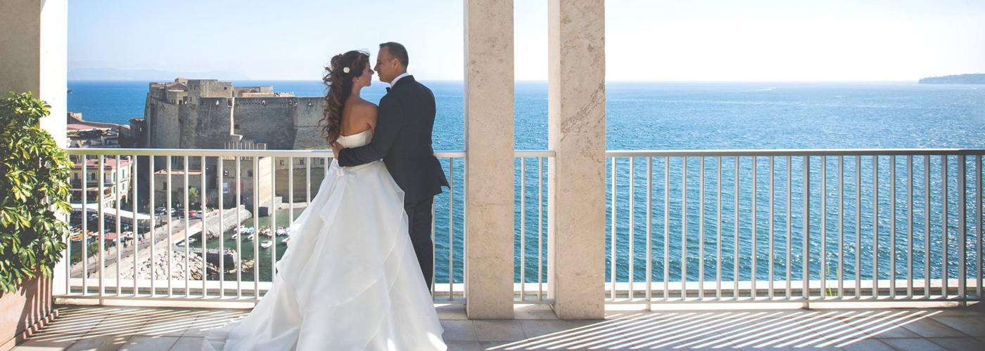 Location per matrimoni a Napoli, con uno splendido panorama sul golfo di Napoli e a un passo da Castel dell'Ovo.