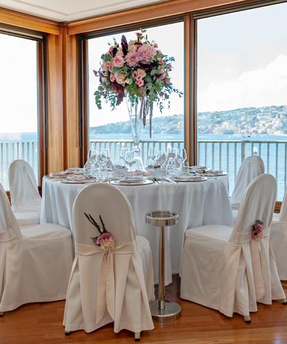 Royal Continental Hotel mette a disposizione il ristorante per ricevimenti 'al Castello' e la location per matrimoni 'Ten'.