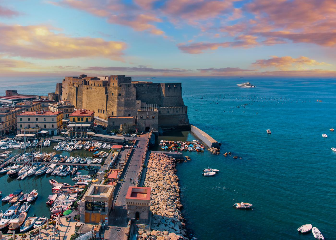 Hotel panoramico a Napoli con vista su Castel dell'Ovo.