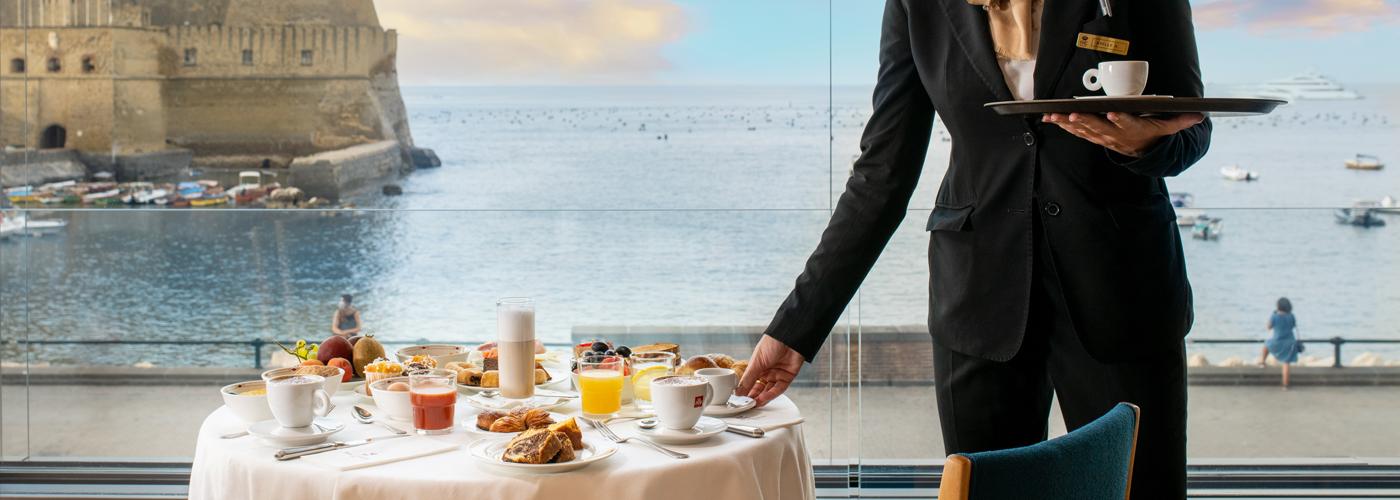 L'Hotel sul lungomare di Napoli, a un passo da Castel dell'Ovo.