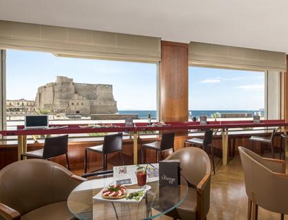 Lounge bar dell'hotel panoramico a Napoli.