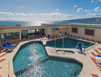 La piscina d'acqua di mare dell'hotel.