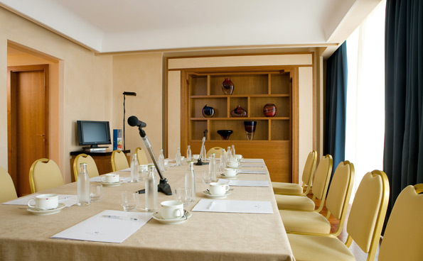 Suites suitable for small business meetings, in the conference hotel in Naples.