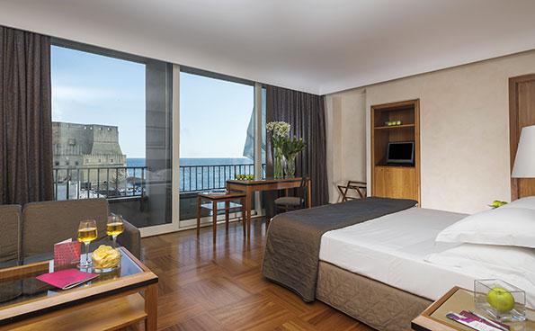 La camera panoramica con vista sul golfo di Napoli è elegante e confortevole.