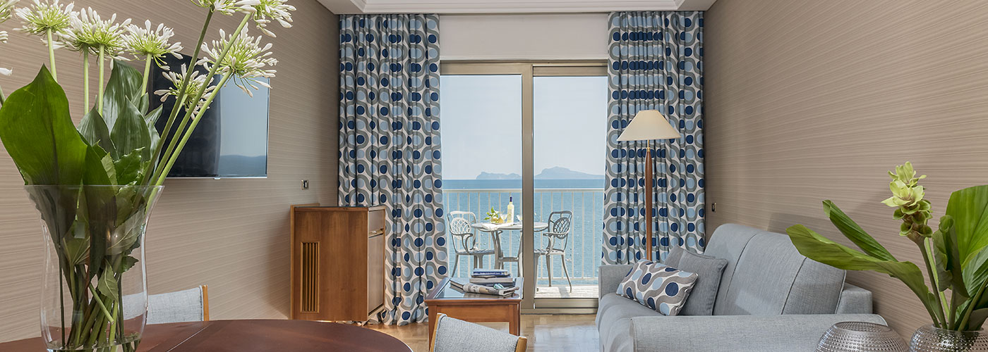 Camera con vista sul castello dell'hotel panoramico a Napoli.