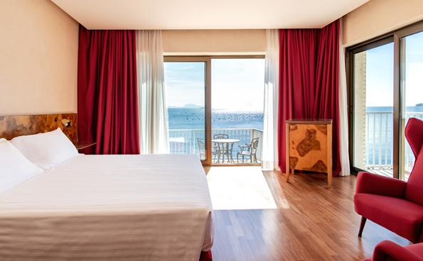 Alcune camere dell'hotel panoramico a Napoli conservano gli arredi originali ideati da Gio Ponti.